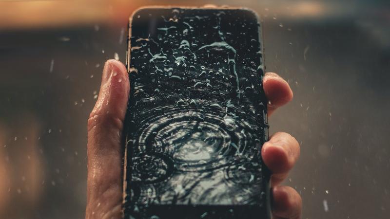 Telefoon in het water gevallen? Dit kun je doen tegen waterschade